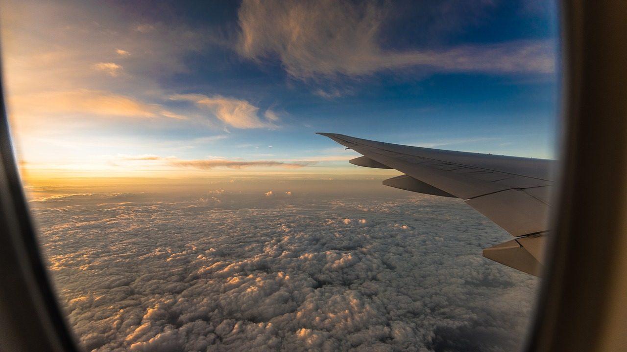 Janela de avião no céu