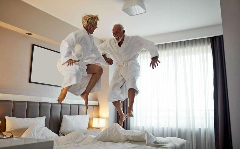 Casal em quarto de hotel